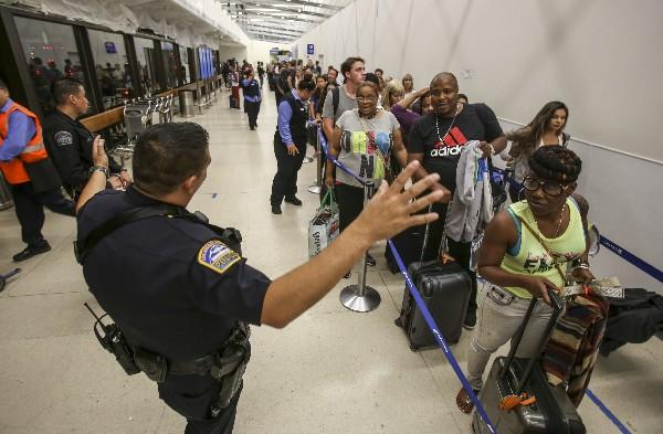 La Policía informa a los pasajeros en el aeropuerto internacional de Los Angeles. (AP).