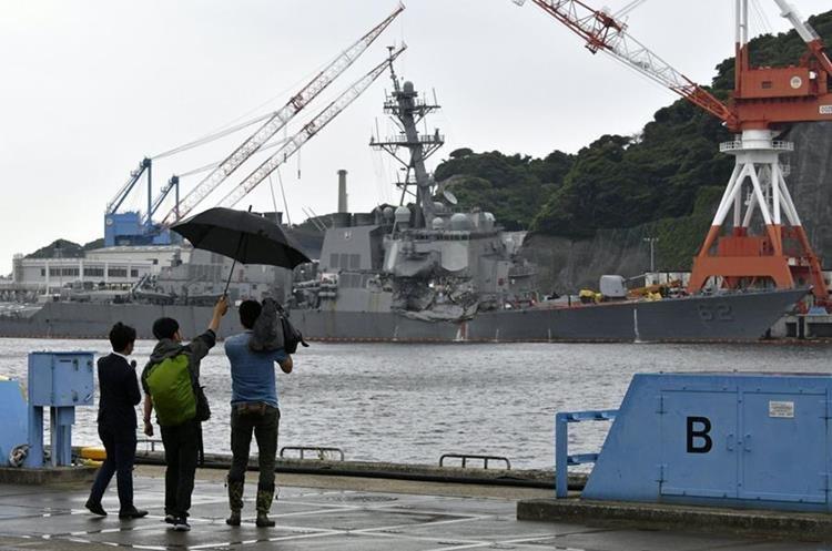 """Periodistas de Japón filma al destructor """"USS Fitzgerald"""" de la marina de guerra dañada en la base naval de Yokosuka.(EFE)."""