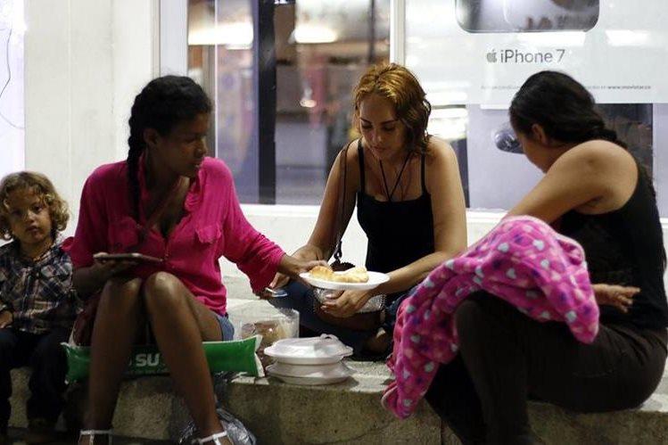 Más de 200 ciudadanos venezolanos hicieron fila para recibir alimentos de empresas privadas y ciudadanos colombianos el pasado sábado, en Cúcuta, Colombia. (Foto Prensa Libre: EFE)