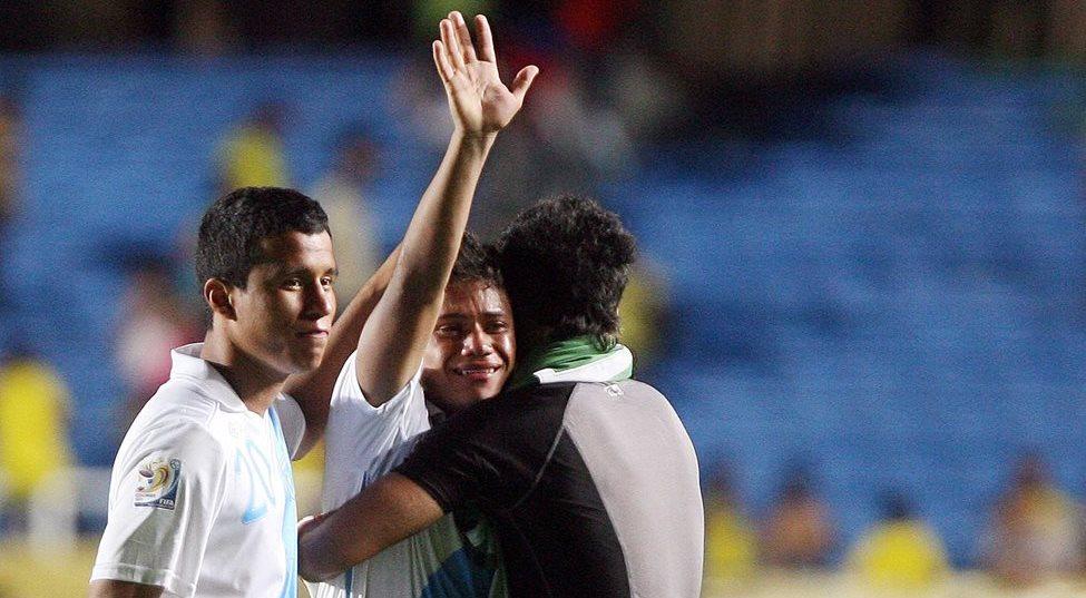Gerson Lima, José Andrade y Mynor Padilla lucen desconsolados luego de perder 1-0 con Portugal en los octavos de final. (Foto Prensa Libre: Hemeroteca)