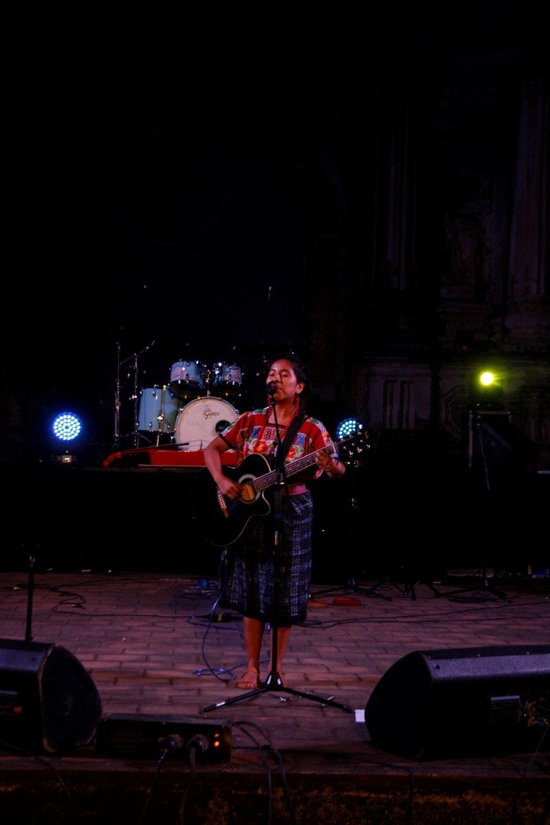 Sara Curruchich, uno de los talentos nacionales que está cobrando auge, participó en Voz Guate. La artista deleitó al público con su extraordinaria voz (Foto Prensa Libre: Renato Melgar).