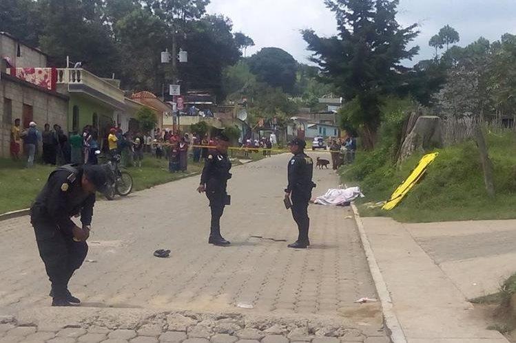 Agentes policiales acordonan escena del crimen donde murieron dos hombres, en la cabecera de Chimaltenango. (Foto Prensa Libre: Víctor Chamalé)