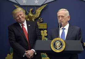 Donald Trump (i9 escucha sonriente al secretario de Defensa James Mattis en Washington.(Foto Prensa Libre:AP).