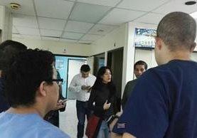 Ministra de Salud, Lucrecia Hernández, llegó al hospital general la noche del viernes para hablar con el personal, después de la muerte de la comunicadora Ana Leonor Guerra Olmedo. (Foto: Cortesía)