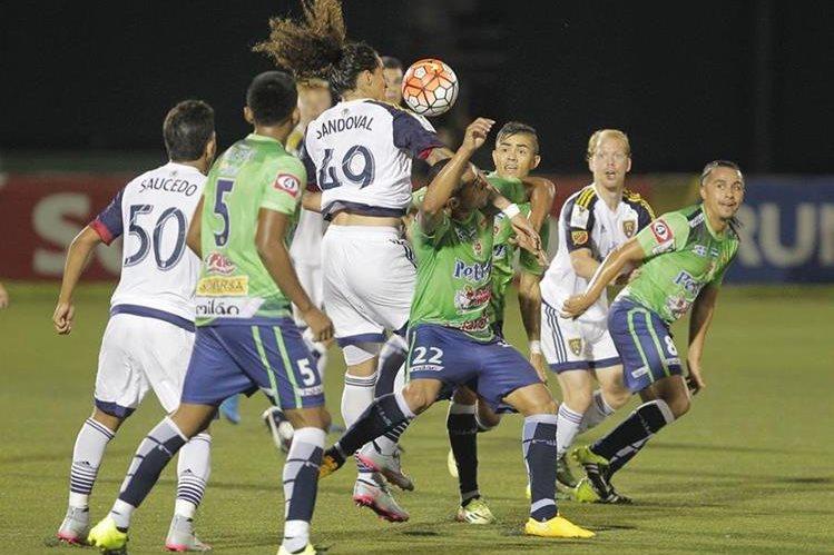 Santa Tecla no dio chance al Real Salt Lake en el juego disputado anoche. (Foto Prensa Libre: AFP)