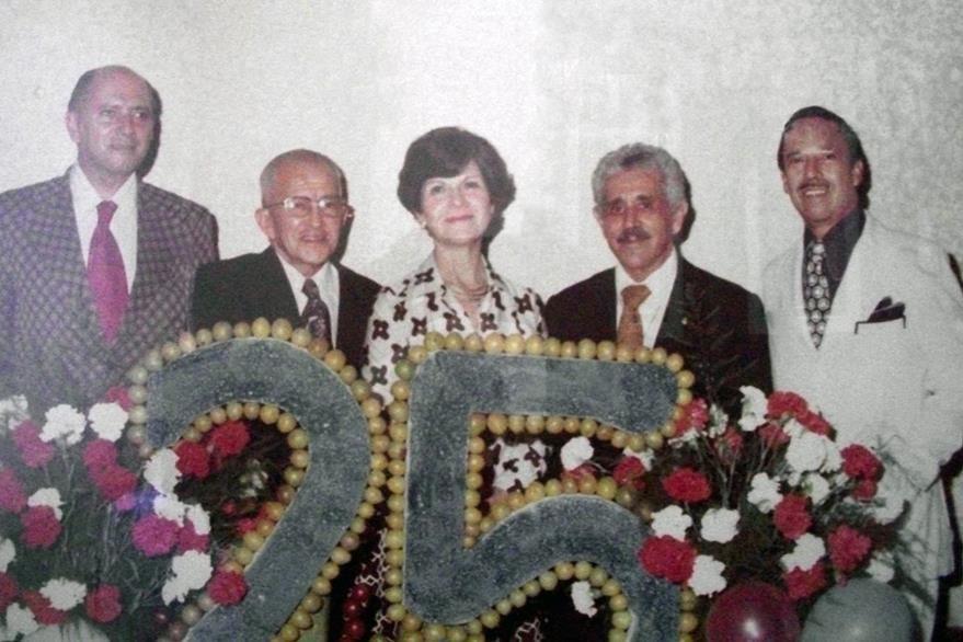 Tere de Zarco y cuatro de los fundadores de Prensa Libre, en agosto de 1976. Seis años antes, su esposo, Isidoro Zarco, fue asesinado. (Foto: Hemeroteca PL)