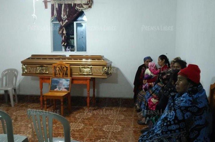 El velatorio de la anciana se lleva a cabo en su vivienda en Santa Lucía Utatlán. (Foto Prensa Libre: Ángel Julajuj).