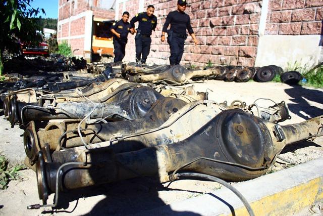 Autoridades revisan el lugar donde se efectuó un allanamiento, en Quetzaltenango. (Foto Prensa Libre: Carlos Ventura)