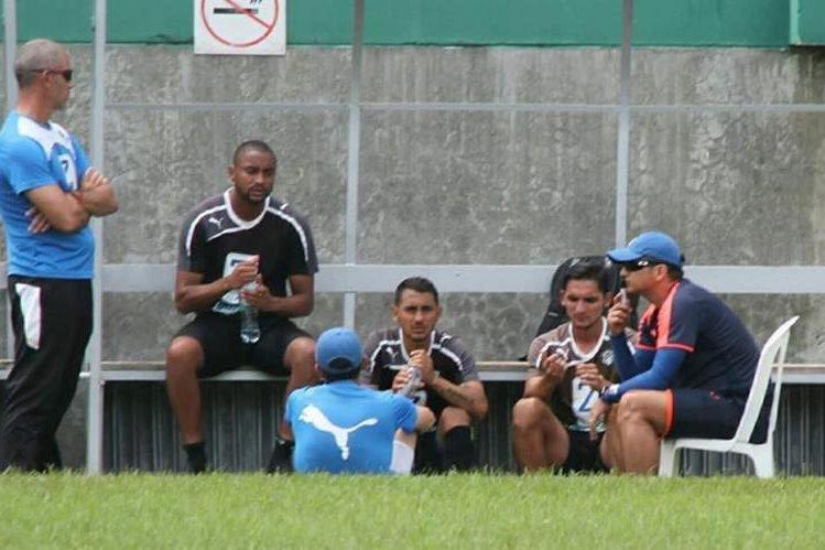 El técnico Ronaldo González conversa con Russell, Estrada y Monge después de que el domingo ser fueron de fiesta, tras la derrota contra Guastatoya. (Foto @CremasTotal)