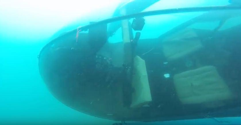 Detalles del helicóptero se muestran en el video del buzo. (Foto, Prensa Libre: You Tube)