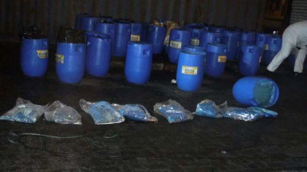 Los recipientes con la droga decomisada son transportados por las autoridades. (Fotografía: Semar/México).