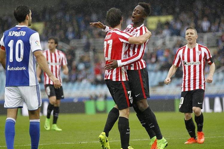 Iñaki Williams celebra, con su compañero Yeray Álvarez el gol marcado ante la Real Sociedad. (Foto Prensa Libre: EFE)