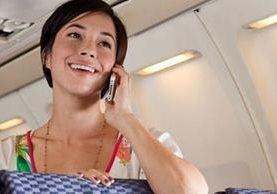 ¿Hay riesgos en hablar por teléfono durante un vuelo? (GETTY IMAGES)