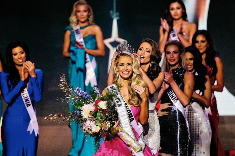 Miss Oklahoma Olivia Jordan recibió la corona de manos de Miss USA 2014 Nia Sánchez. (Foto Prensa Libre: AP)