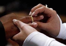 Parejas guatemaltecas podrán casarse hasta que ambos tengan 18 años de edad como mínimo. (Foto Prensa Libre: EFE).