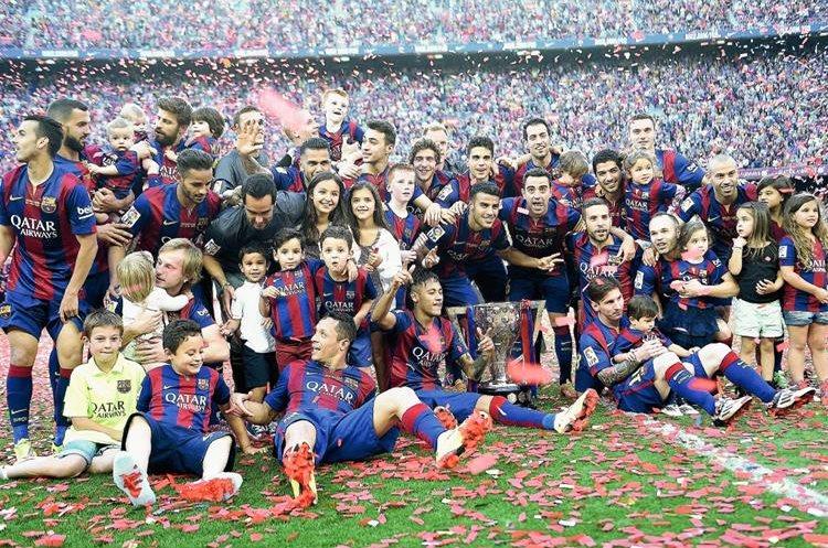 Los jugadores junto a su familia posaron con la copa en el Camp Nou. (Foto Prensa Libre: AFP)
