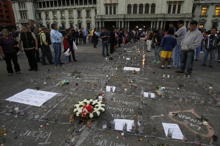 Altar en memoria de las víctimas frente al Palacio Nacional de la Cultura. (Foto: Paulo Raquec)