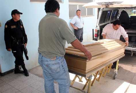 Personal de una funeraria retira el cuerpo  de Chajón de la morgue del hospital  de Xelajú.