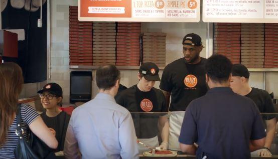LeBron James se hizo pasar por un empleado de una Pizzería en Ohio. (Foto redes sociales).