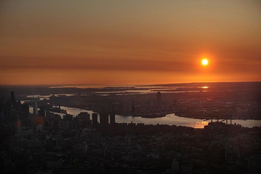Los primeros rayos del sol de este viernes que caen sobre Nueva York son captados desde el One World Observatory. (Foto Prensa Libre: AFP).