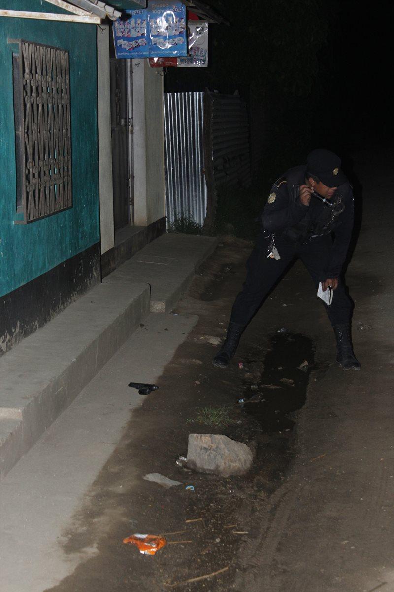 Una pistola fue hallada por la PNC a 50 metros del lugar del ataque, en Zaragoza, Chimaltenango. (Foto Prensa Libre: Víctor Chamalé)