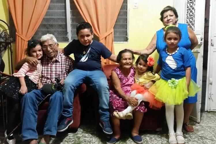 Guillermo Herrarte y Elvia Cetino se conocieron en Chiquimula, fueron novios y se casaron hace casi 51 años. La muerte se los llevó el mismo día. (Foto Prensa Libre: Mario Morales)