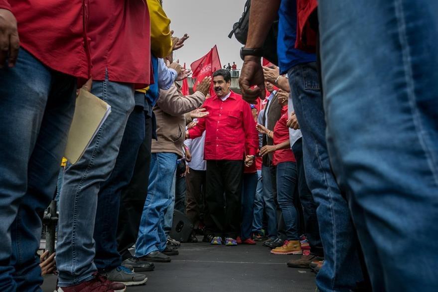 Nicolás Maduro (al fondo) amenaza con meter  presos a los opositores. (Foto Prensa Libre: EFE).