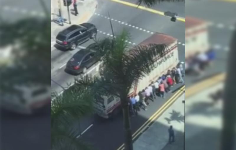 Un hombre fue atropellado por un camión. (Foto Prensa Libre: Facebook)