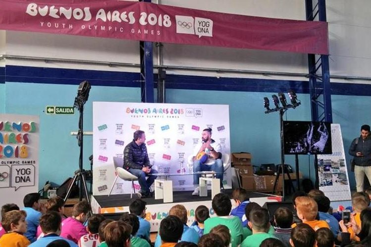 Luis Scola compartió este lunes con varios pequeños luego de ser nombrado embajador de los Juegos Olímpicos de la Juventud. (Foto Prensa Libre: Twitter)