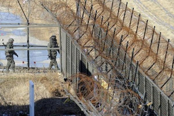 <p>Soldados surcoreanos patrullan junto a la zona desmilitarizada que separa las dos Coreas, el pasado 25 de enero en Paju. (AFP).<br></p>