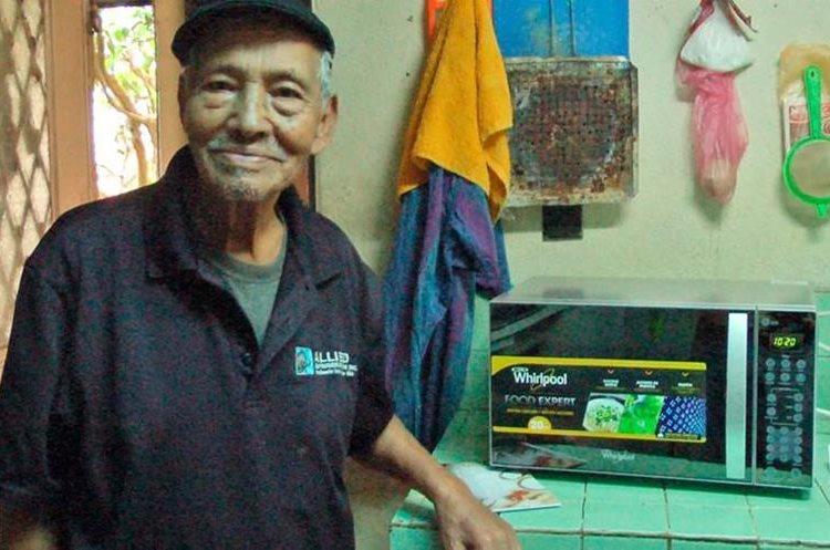 Cliente de Villa Nueva recibe microondas nuevo, comprado en Chopinmol.