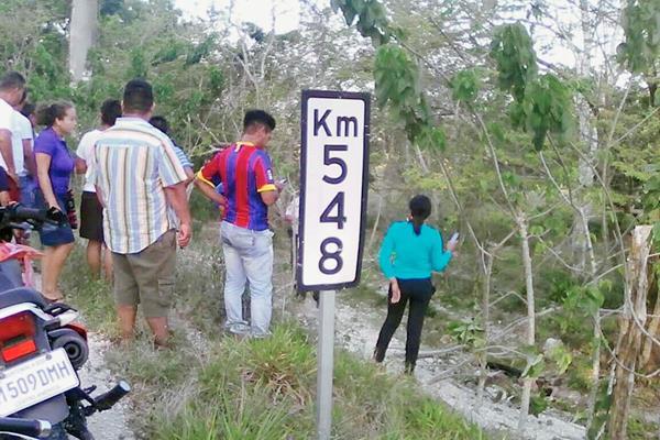 Lugar donde ocurrió el accidente de tránsito, en Melchor de Mencos. (Foto Prensa Libre: Rigoberto Escobar)