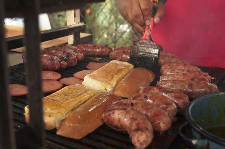 Los aficionados pueden deleitar su paladar con los populares panes con salchicha, carne y otros embutidos. (Foto Prensa Libre: Jorge Ovalle)