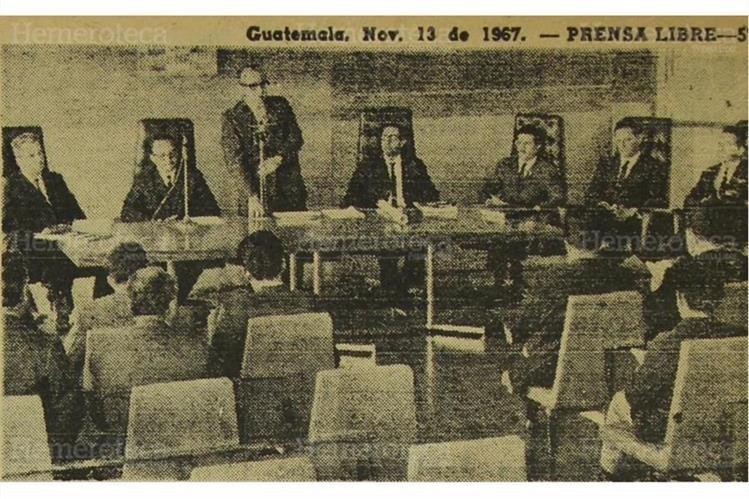 El ministro de Comunicaciones, Óscar Castañeda (de pie) da a conocer en noviembre de 1967 obra pública para 1968. (Foto: Hemeroteca PL)