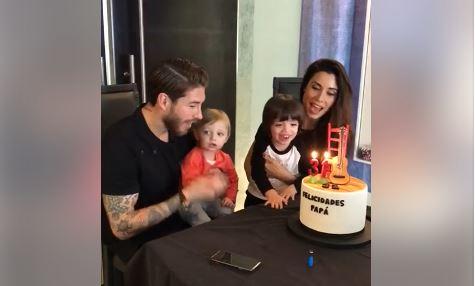 Sergio Ramos junto a su esposa Pilar Rubio y sus dos hijos. (Foto Prensa Libre: Captura de Pantalla Twitter)