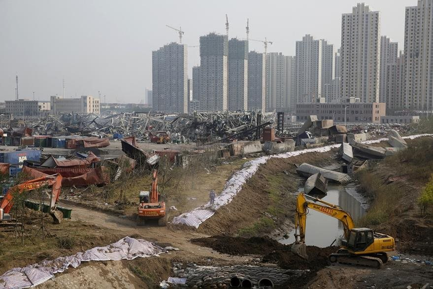 Rescatistas tratan de reconstruir parte de la ciudad portuaria de Tianjin, afectada por fuertes explosiones la semana pasada. (Foto Prensa Libre: AFP).