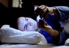 Las personas tienden a cuidar más sus teléfonos móviles que sus finanzas personales. (Foto Prensa Libre: Shutterstock)