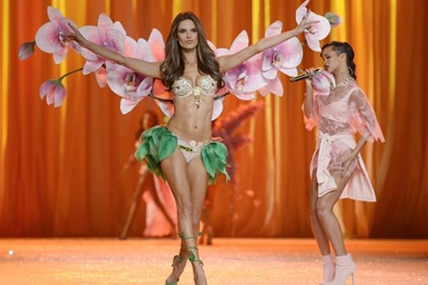 <p>Alessandra Ambrosio, junto a Rihanna, durante el Fashion Show de Victoria´s Secret. <br></p>