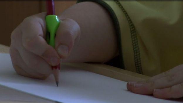 James tiene agarradores de distintos grosores para facilitar el dibujo y la escritura. NHS
