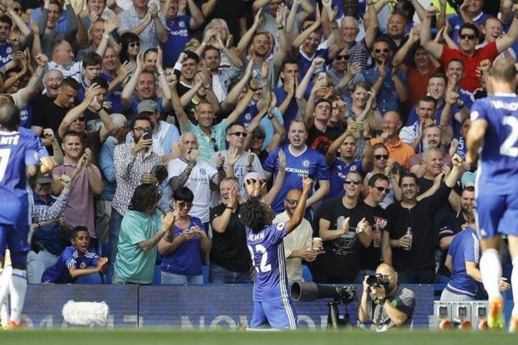 Willian celebra con su afición uno de los tantos del Chelsea. (Foto Prensa Libre: AP)