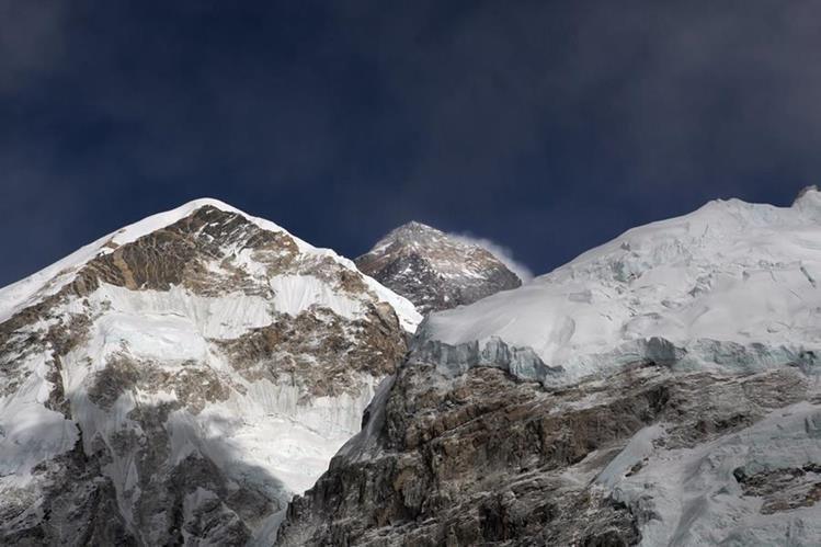 La cima del Monte Éverest es el máximo reto para los escaladores. (Foto Prensa Libre: AP)