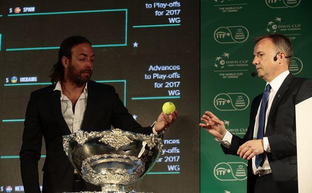 El jefe de árbitros de la Federación Internacional de Tenis (ITF en inglés), Sören Friemel (der.), junto al extenista chileno, Nicolas Massú en el sorteo (Foto Prensa Libre: EFE)