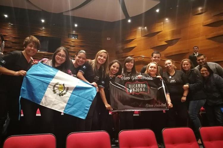 Integrantes del fan club Vivo Guatemala asistieron a la proyección (Foto Prensa Libre: Pablo Juárez).