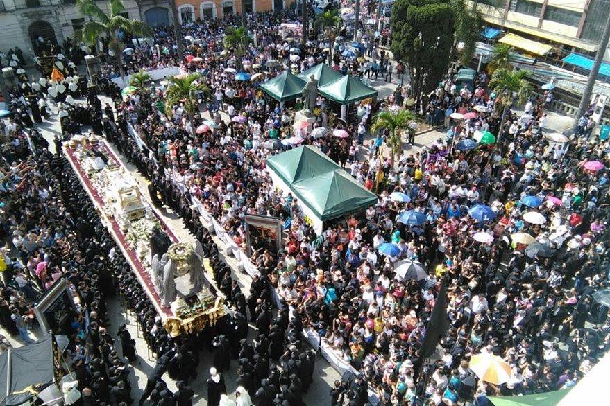 Fieles cargan el anda del Señor Sepultado del Templo de Santo Domingo. (Foto Prensa Libre: Óscar Rivas)