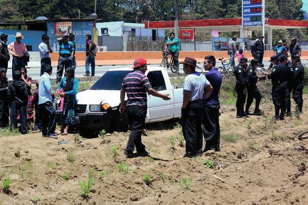 Diez personas  resultaron lesionadas cuando el picop en el que viajaban se salió de la carretera en el km 76 de la ruta Interamericana, Santa Cruz Balanyá, Chimaltenango. (Foto Prensa Libre: José Rosales)