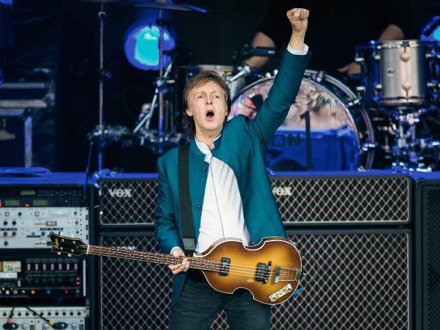 El músico británico Paul McCartney durante un concierto hoy, 14 de junio de 2016, en Berlín, como parte de su gira One on One. (Foto Prensa Libre: EFE).