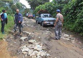 Los delincuentes se aprovechan que los automovilistas deben bajar la velocidad por el mal estado de la ruta.(Foto Prensa Libre: Ángel Julajuj.)