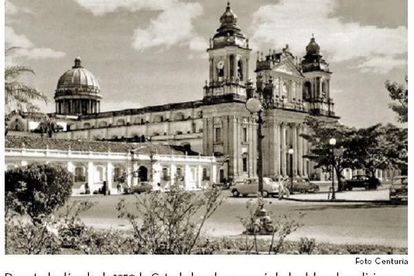 "<p>Durante la década de 1950 la Catedral vuelve a ser símbolo del poder religioso (Foto Prensa Libre: archivo Centuria)<br _mce_bogus=""1""></p>"