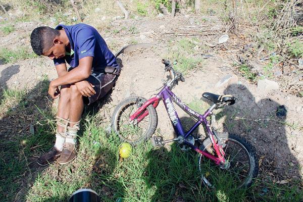 """Óscar Contreras,  alias """"el Chicharra"""" fue atado por vecinos de El Progreso, Jutiapa, señalado de robar una bicicleta a un niño. (Foto Prensa Libre: Óscar González)"""
