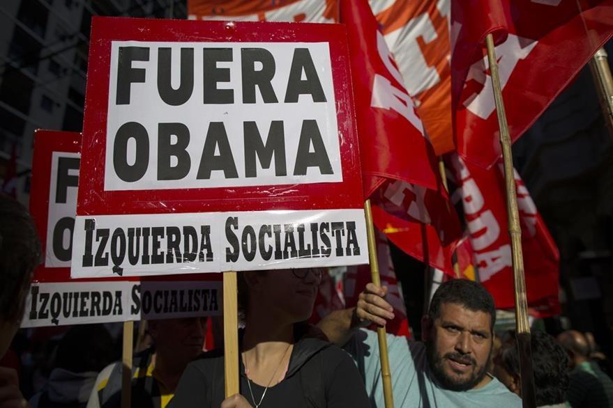 Decenas de manifestantes protestan en contra de la presencia de Obama en Argentina. (Foto Prensa Libre: AP).